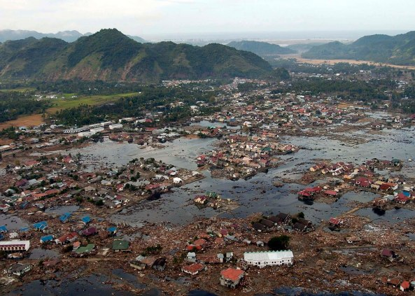 1280px-US_Navy_050102-N-9593M-040_A_village_near_the_coast_of_Sumatra_lays_in_ruin_after_the_Tsunami_that_struck_South_East_Asia