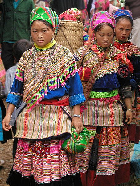 454px-Hmong_women_at_Coc_Ly_market,_Sapa,_Vietnam