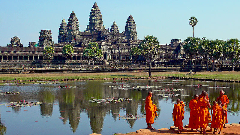 800px-Buddhist_monks_in_front_of_the_Angkor_Wat