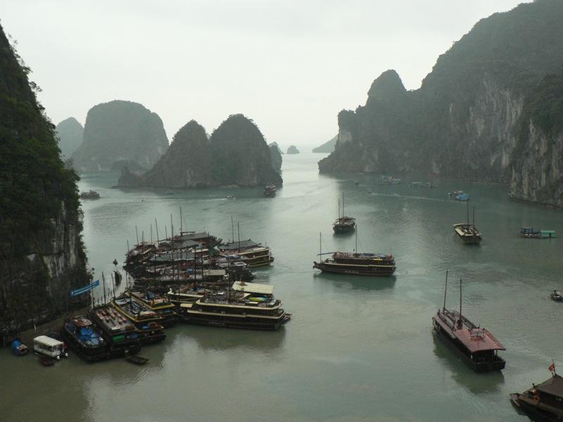 Ha_Long_Bay_with_boats
