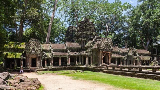 Ta_Phrom,_Angkor,_Camboya,_2013-08-16,_DD_01-640