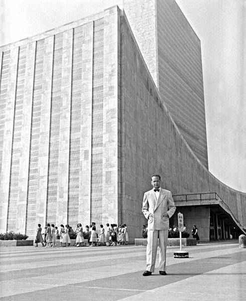 491px-Dag_Hammarskjold_outside_the_UN_building