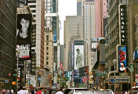 800px-Broadway_Crowds_(5896264776)_crop