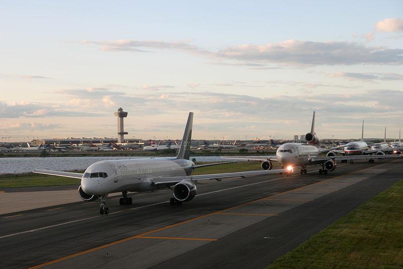 800px-JFK_Plane_Queue