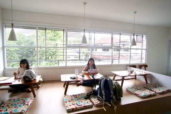 Area-lesehan-di-Diskus-Cafe-Bandung