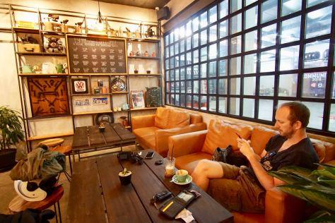 Sofa-santai-di-Wheelers-Coffee