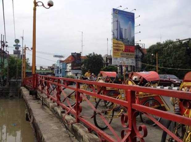12. Jembatan Merah yang bersejarah