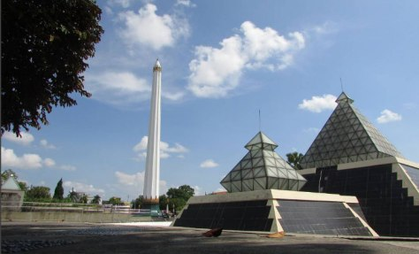 7. Monumen Nasional Tugu Pahlawan